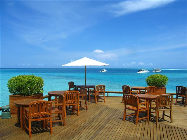 Фотообои море столик океан кафе